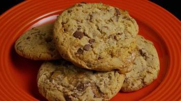 ripresa cinematografica e rotante di biscotti su un piatto - biscotti 337 video