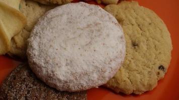 tiro cinematográfico giratório de biscoitos em um prato - biscoitos 304 video