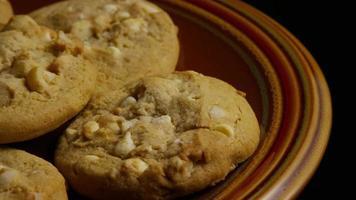tiro cinematográfico giratório de biscoitos em um prato - biscoitos 332 video