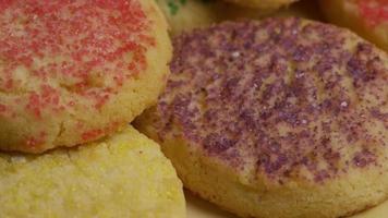 filmische, rotierende Aufnahme von Keksen auf einem Teller - Kekse 293