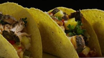 Foto giratoria de deliciosos tacos de pescado - comida 014