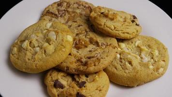 filme cinematográfico giratório de biscoitos em um prato - biscoitos 384 video