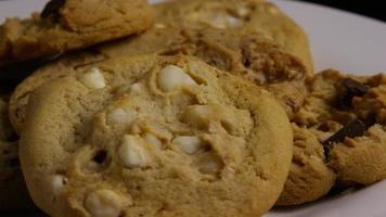 tiro cinematográfico giratório de biscoitos em um prato - biscoitos 392 video