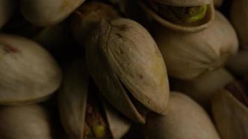 filmische, rotierende Aufnahme von Pistazien auf weißer Oberfläche - Pistazien 033