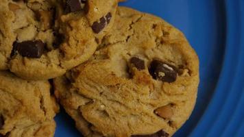 cena cinematográfica e giratória de cookies em um prato - cookies 360 video