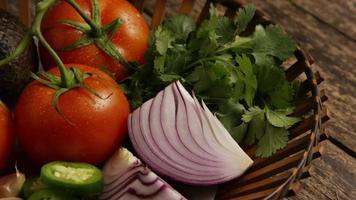 colpo rotante di bellissime verdure fresche su una superficie di legno - barbecue 124