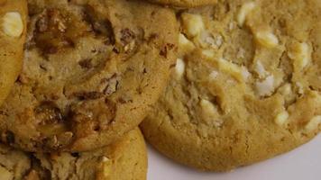 Plano cinematográfico y giratorio de galletas en un plato - cookies 380