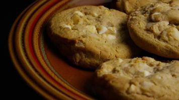 Plano cinematográfico giratorio de galletas en un plato - galletas 334