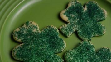 ripresa cinematografica e rotante dei biscotti del giorno di San Patrizio su un piatto - cookies st patty 014