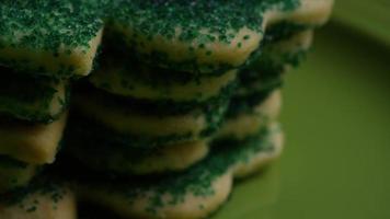 cena cinematográfica e giratória de biscoitos do dia da santa patty em um prato - biscoitos st patty 030 video