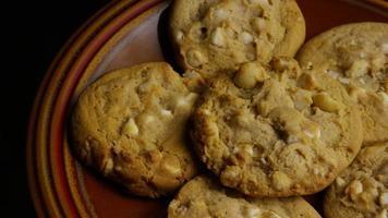 Plano cinematográfico giratorio de galletas en un plato - cookies 325