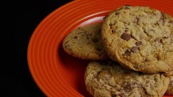 Plano cinematográfico giratorio de galletas en un plato - galletas 338