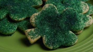 cena cinematográfica e giratória de biscoitos do dia de São Patrício em um prato - biscoitos de São Patrício video