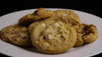 Plano cinematográfico giratorio de galletas en un plato - cookies 391