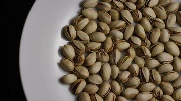 ripresa cinematografica e rotante di pistacchi su una superficie bianca: pistacchi 003 video