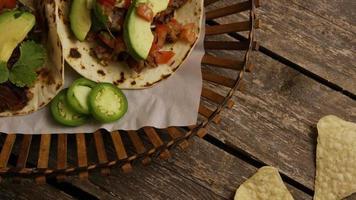Foto giratoria de deliciosos tacos sobre una superficie de madera - barbacoa 133