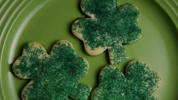 ripresa cinematografica e rotante dei biscotti del giorno di San Patrizio su un piatto - cookies st patty 009