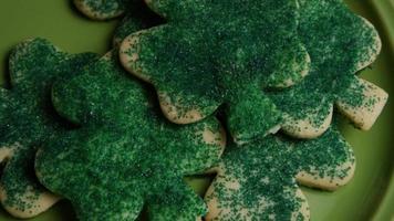 Plan cinématique et rotatif de biscuits de la Saint Patty sur une assiette - cookies st patty 017
