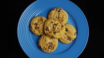 Plano cinematográfico giratorio de galletas en un plato - galletas 356