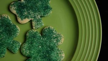 ripresa cinematografica e rotante dei biscotti del giorno di San Patrizio su un piatto - cookies st patty 010