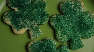 ripresa cinematografica e rotante dei biscotti del giorno di San Patrizio su un piatto - cookies st patty 011