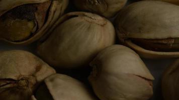 ripresa cinematografica e rotante di pistacchi su una superficie bianca - pistacchi 010 video