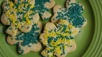 ripresa cinematografica e rotante dei biscotti del giorno di San Patrizio su un piatto - cookies st patty 006