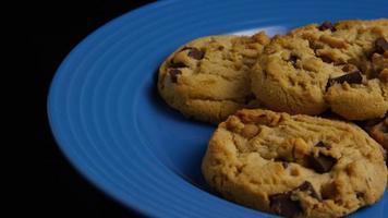 Plano cinematográfico giratorio de galletas en un plato - galletas 369