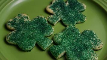 Tir cinématique et rotatif de biscuits de la Saint-Patrick sur une assiette - cookies st patty 016