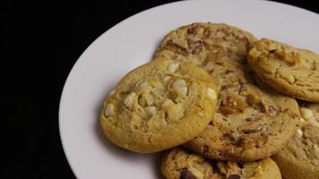 Plano cinematográfico giratorio de galletas en un plato - galletas 383