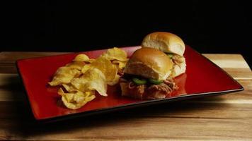 rotierender Schuss von köstlichen Pulled Pork Slidern - Grill 096