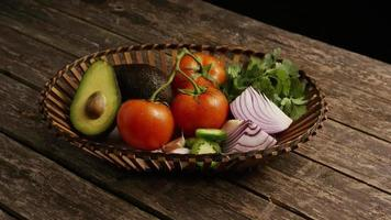 colpo rotante di bellissime verdure fresche su una superficie di legno - barbecue 122