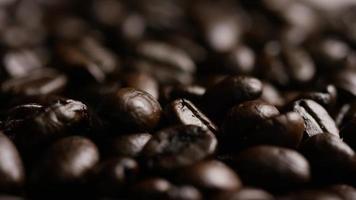 colpo rotante di deliziosi chicchi di caffè tostati su una superficie bianca - chicchi di caffè 079