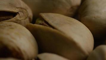 ripresa cinematografica e rotante di pistacchi su una superficie bianca - pistacchi 019 video