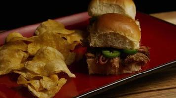 rotierender Schuss von köstlichen Pulled Pork Slidern - Grill 095
