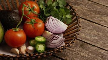 colpo rotante di bellissime verdure fresche su una superficie di legno - barbecue 120