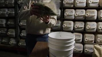 filmati al rallentatore di forniture e processi di produzione di birra domestica - produzione di birra 020