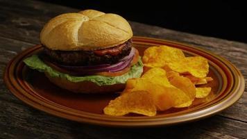 Foto giratoria de deliciosa hamburguesa y papas fritas - BBQ 164