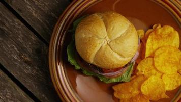 Foto giratoria de deliciosa hamburguesa y papas fritas - BBQ 155 video