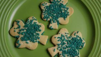 filmische, rotierende Aufnahme von Saint Patty's Day Cookies auf einem Teller - Cookies St Patty 001 video