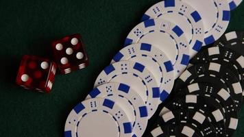 colpo rotante di carte da poker e fiches da poker su una superficie di feltro verde - poker 059 video