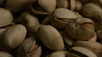 ripresa cinematografica e rotante di pistacchi su una superficie bianca - pistacchi 038 video