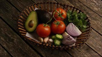 colpo rotante di bellissime verdure fresche su una superficie di legno - barbecue 118