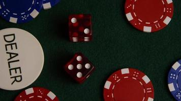 colpo rotante di carte da poker e fiches da poker su una superficie di feltro verde - poker 025 video