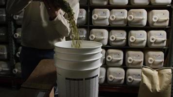 filmati al rallentatore di forniture e processi di produzione di birra in casa - produzione di birra 023