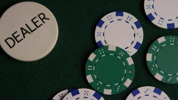 colpo rotante di carte da poker e fiches da poker su una superficie di feltro verde - poker 042 video