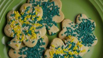 filmische, rotierende Aufnahme von Saint Patty's Day Cookies auf einem Teller - Cookies St Patty 008 video