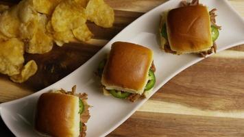 foto giratória de deliciosas barras de porco desfiada - churrasco 101 video