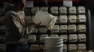 filmati al rallentatore di forniture e processi di produzione di birra in casa - produzione di birra 002