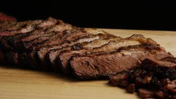 rotierender Schuss von köstlichem geräuchertem Bruststück - Grill 076